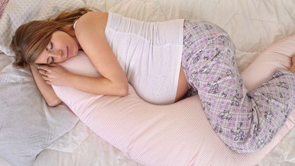 نحوه صحیح خوابیدن زن باردار