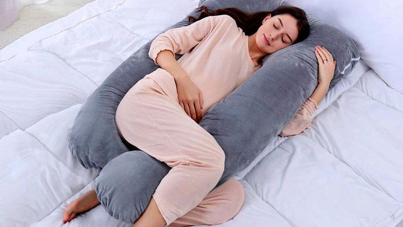 خوابید روی بالشت بارداری