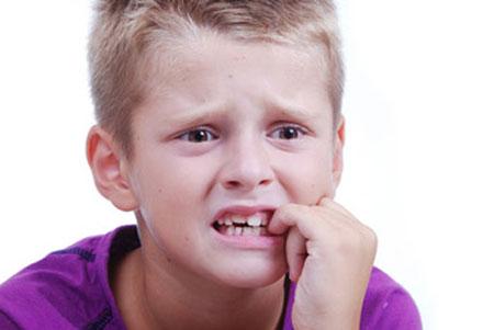 کودک مضطرب درحال جویدن ناخن